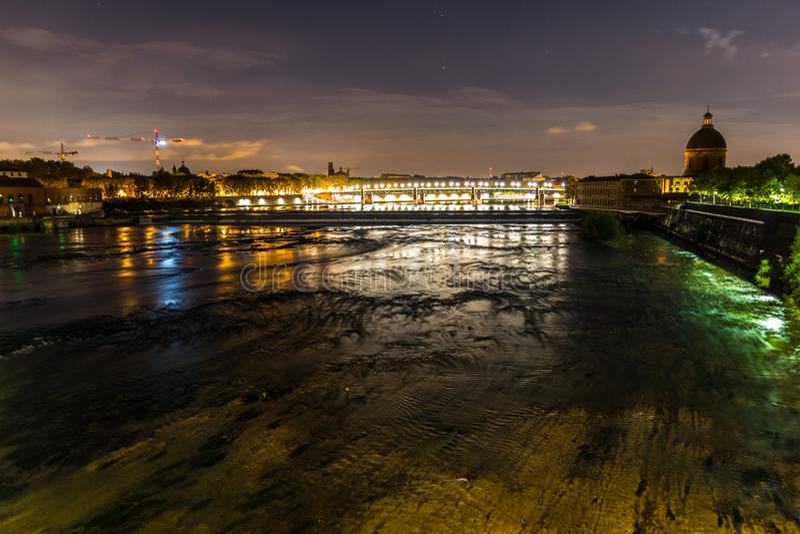 Noc widok Tuluza, Francja i Garonne rzeka z St Pierre mostem i los angeles Doniosłą kopułą w tle, zdjęcie stock