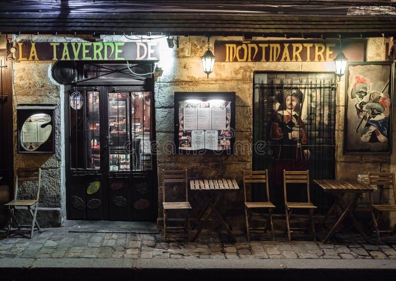 Noc widok typowa restauracja w artysty ` ćwiartce Mo obrazy stock