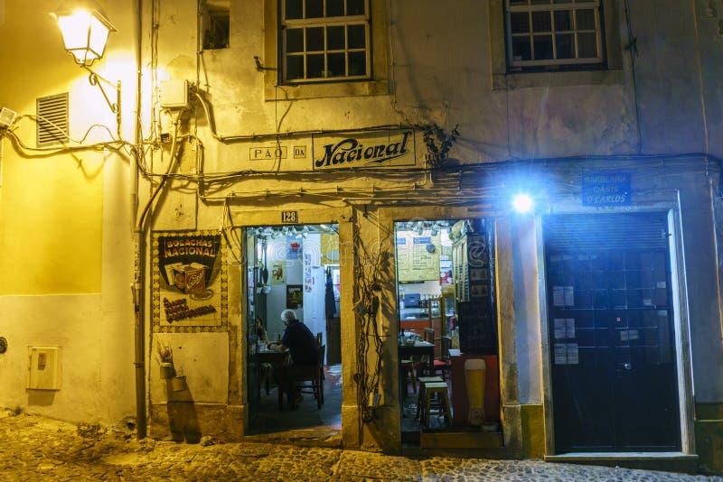 Noc widok typowa, sławna restauracja na i turystach i fotografia stock