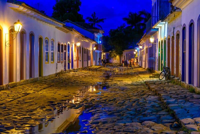 Noc widok ulica dziejowy centrum w Paraty, Rio De Janeiro, Brazylia obrazy stock