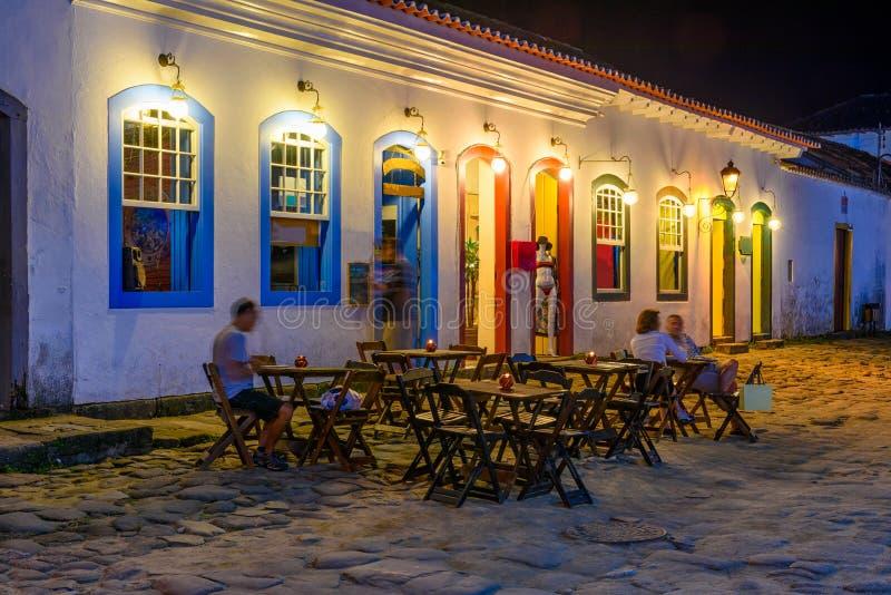 Noc widok ulica dziejowy centrum z stołami restauracja w Paraty, Rio De Janeiro, Brazylia obrazy stock
