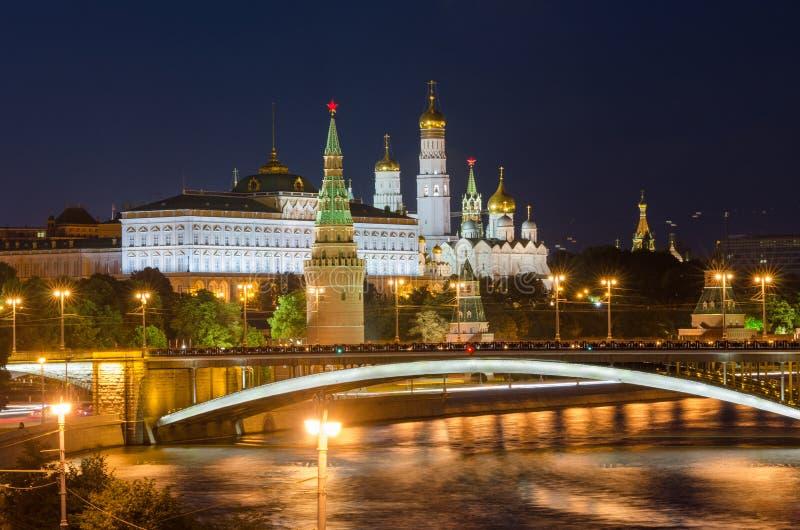 Noc widok Uroczysty Kremlowski pałac w Moskwa Kremlin i Moskwa rzeka obraz stock