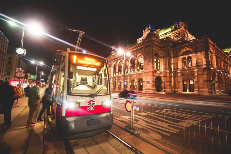 Noc widok Wiedeń stanu opery budynku fasadowa powierzchowność, Austria fotografia stock