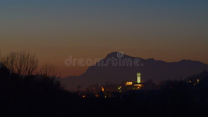 Noc widok wioska Fagagna obraz stock