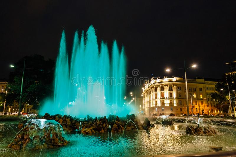 Noc widok wojny światowa fontanna i bohatera zabytek Czerwony wojsko na Schwarzenbergplatz memoria fotografia stock