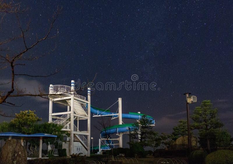 Noc widok zaniechany nadmorski dzieciaków nadmorski wody park, Japonia fotografia stock