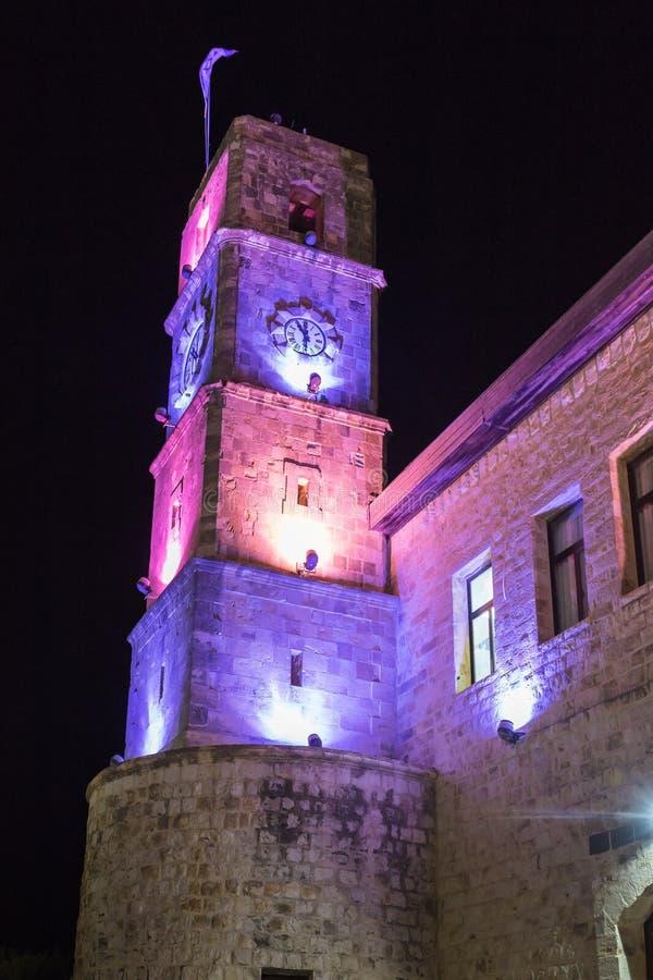 Noc widok zegarowy wierza Wolfson domu kulturego budynek w kwadracie w starym mieście Safed w północnym Izrael zdjęcie stock