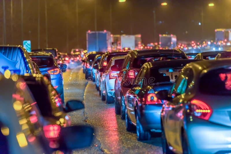 Noc widoku autostrady ruchu drogowego ruchliwie UK dżem przy nocą obraz stock