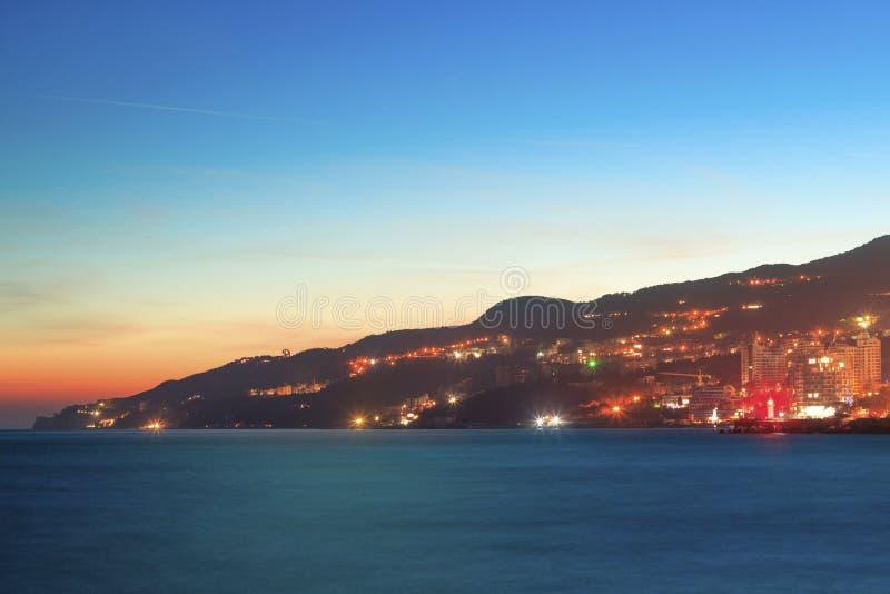 Noc wieczór widok pejzaż miejski i zatoka obraz royalty free