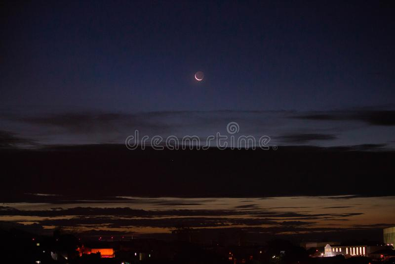 Noc z półksiężyc księżyc i chmurami zdjęcie royalty free