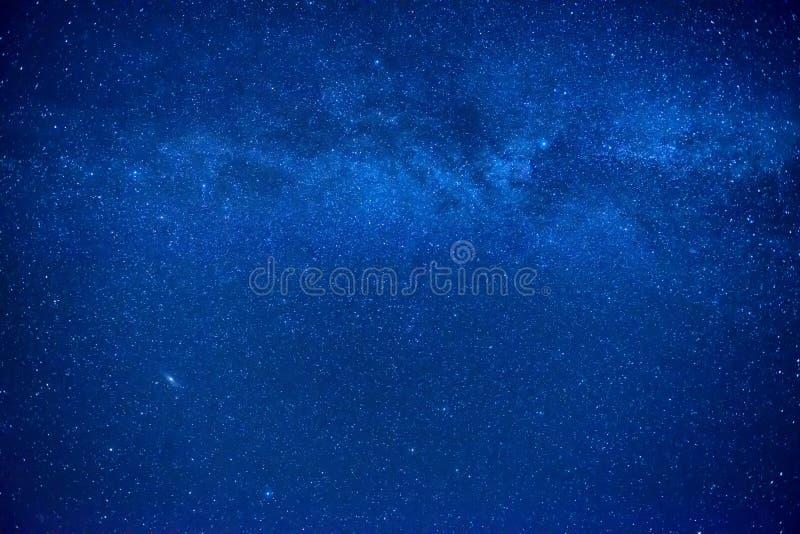 Noc zmrok - niebieskie niebo zdjęcie stock