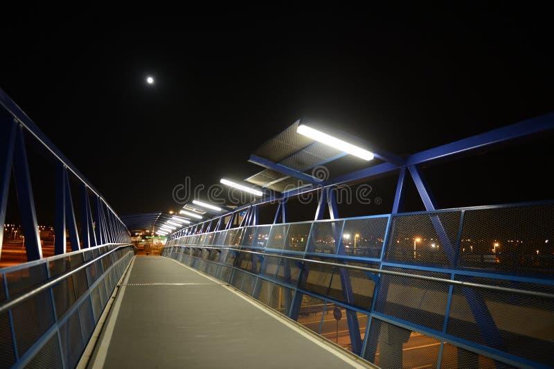 Noc zwyczajny most nad autostradą w Orihuela Costa zdjęcie royalty free