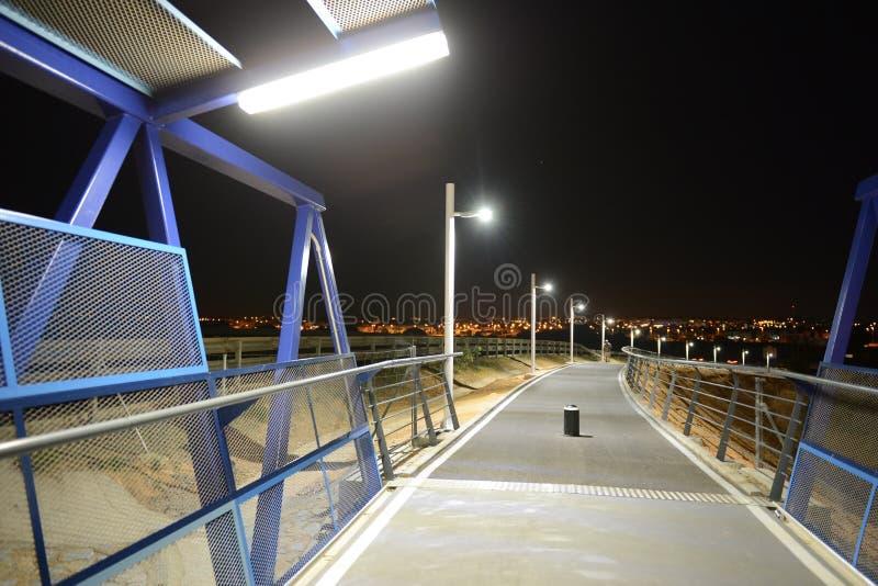 Noc zwyczajny most nad autostradą w Orihuela Costa fotografia stock