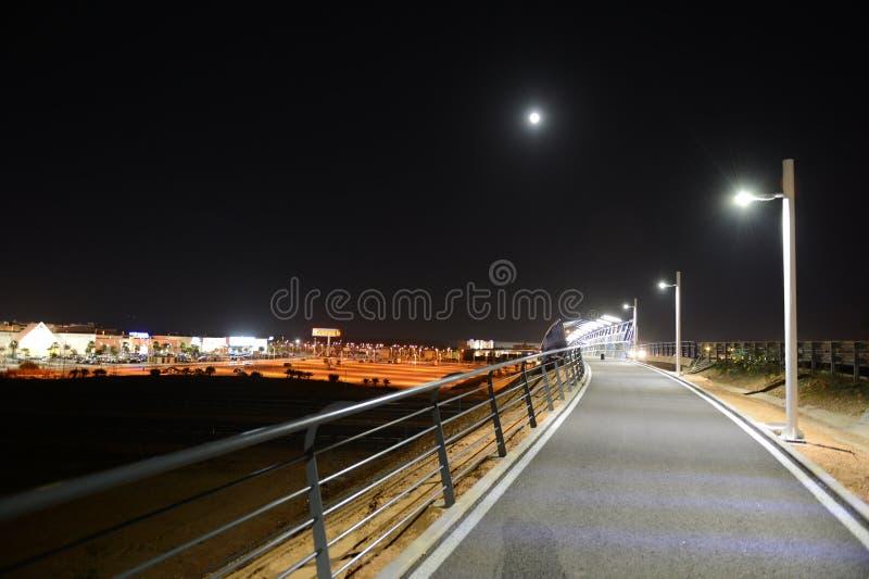 Noc zwyczajny most nad autostradą w Orihuela Costa obraz royalty free