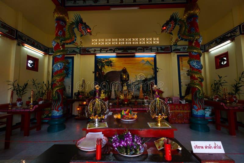 NOCAUTE CHANG, TAILÂNDIA - 10 DE ABRIL DE 2018: Templo chinês do buddist na área norte da ilha - hieróglifos e testes padrões foto de stock