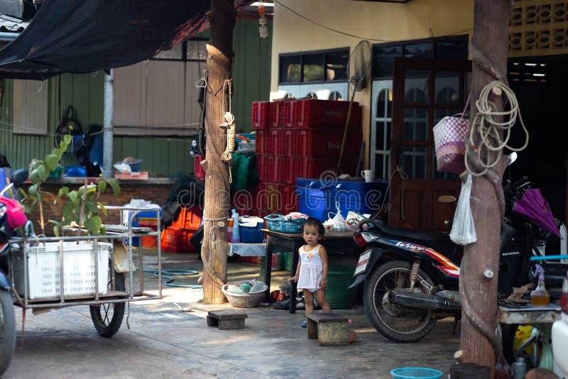 NOCAUTE CHANG, TAILÂNDIA - 10 DE ABRIL DE 2018: A vila dos pescadores tradicionais autênticos na ilha - povos e crianças dentro fotografia de stock