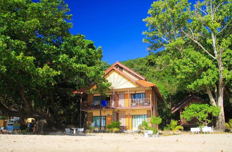 NOCAUTE CHANG, TAILÂNDIA - 7 DE DEZEMBRO 2018: Vista na praia branca da areia com árvores verdes e as casas de madeira coloridas fotografia de stock royalty free