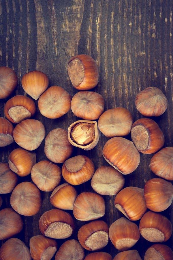 Nocciola tagliata su su un bordo di legno immagine stock