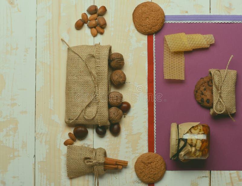 Noce, dadi, mandorla, biscotti, cannella, castagna e miele fotografia stock libera da diritti