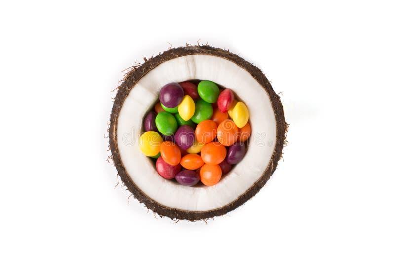 Noce di cocco con le caramelle variopinte fotografia stock libera da diritti