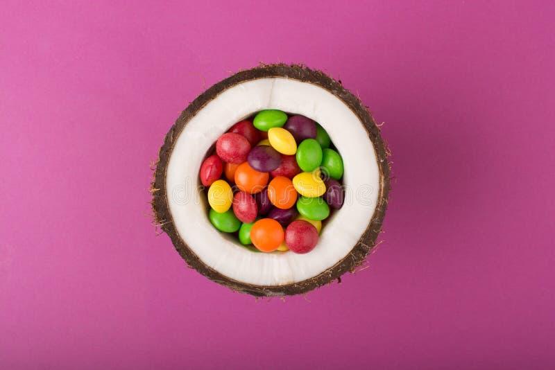 Noce di cocco con le caramelle variopinte fotografie stock