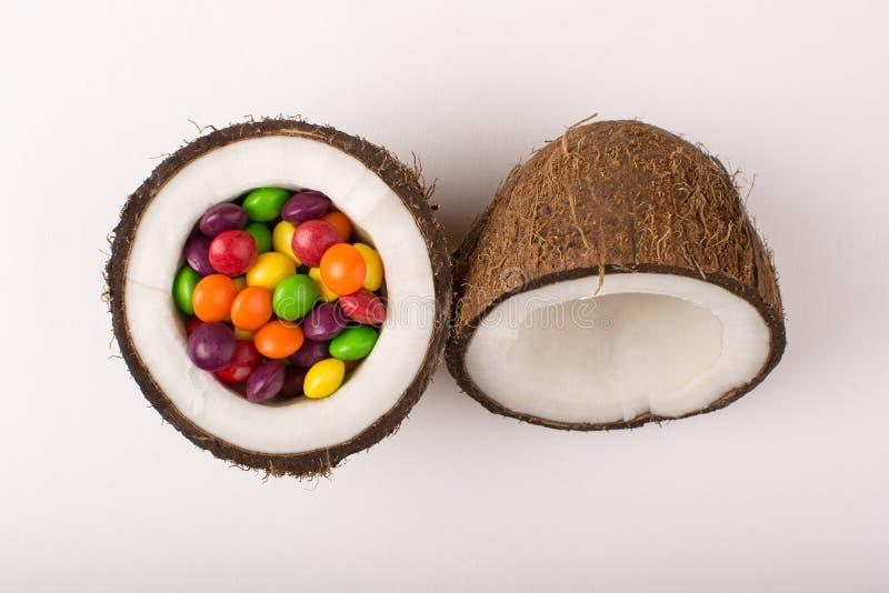 Noce di cocco con le caramelle variopinte immagine stock libera da diritti