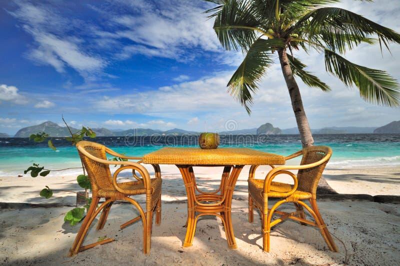 Noce di cocco fresca alla spiaggia fotografia stock libera da diritti