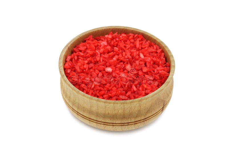 Noce di cocco rossa in ciotola di legno immagine stock