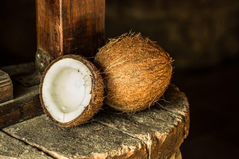 Noce di cocco sulla pietra rustica immagine stock