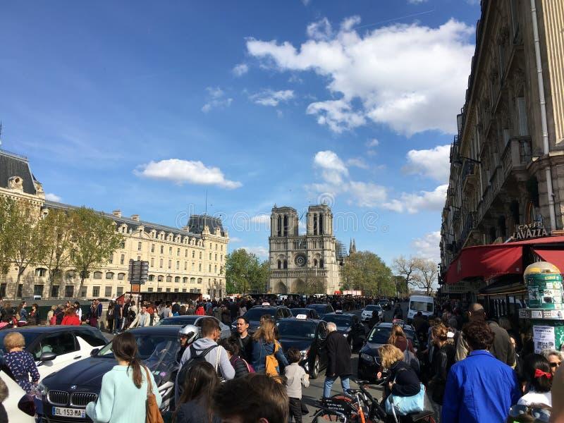 Noch der besichtigte Platz in Paris trotz des Feuerunfalles von Notre Dame de Paris stockfotografie