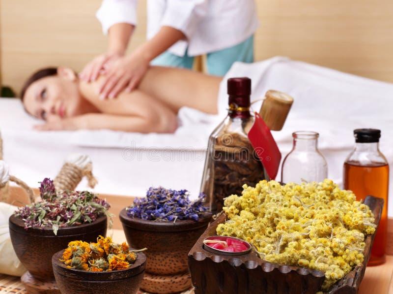 Noch Leben der Frau auf Massagetabelle im Schönheitsbadekurort lizenzfreie stockfotografie