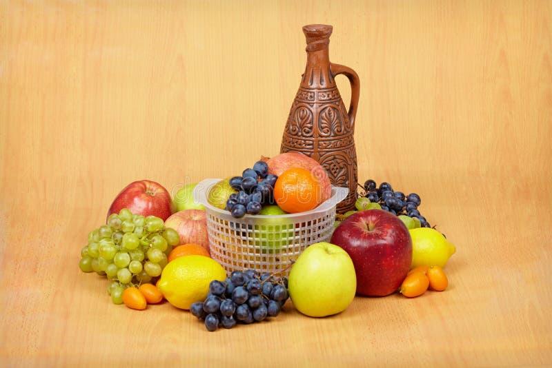 Noch Leben der Frucht und der keramischen Flasche lizenzfreie stockbilder