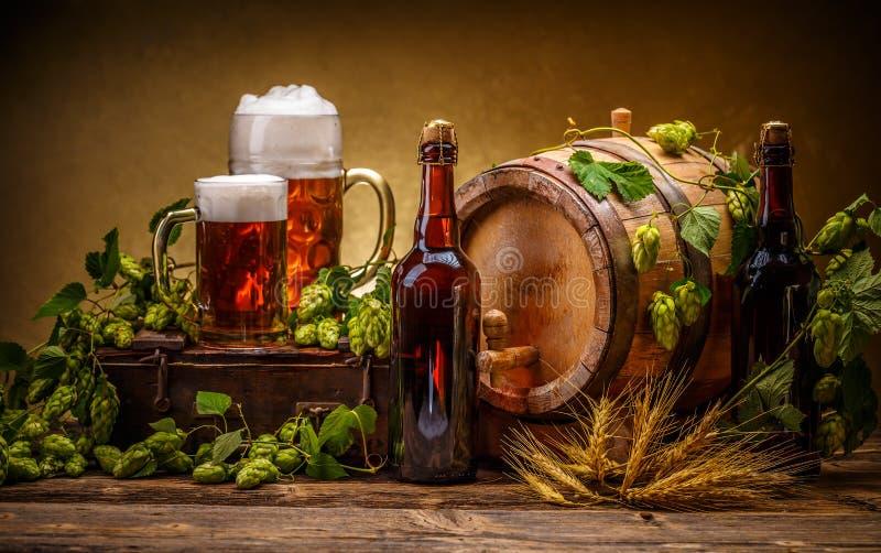 Noch Leben mit Bier stockbild
