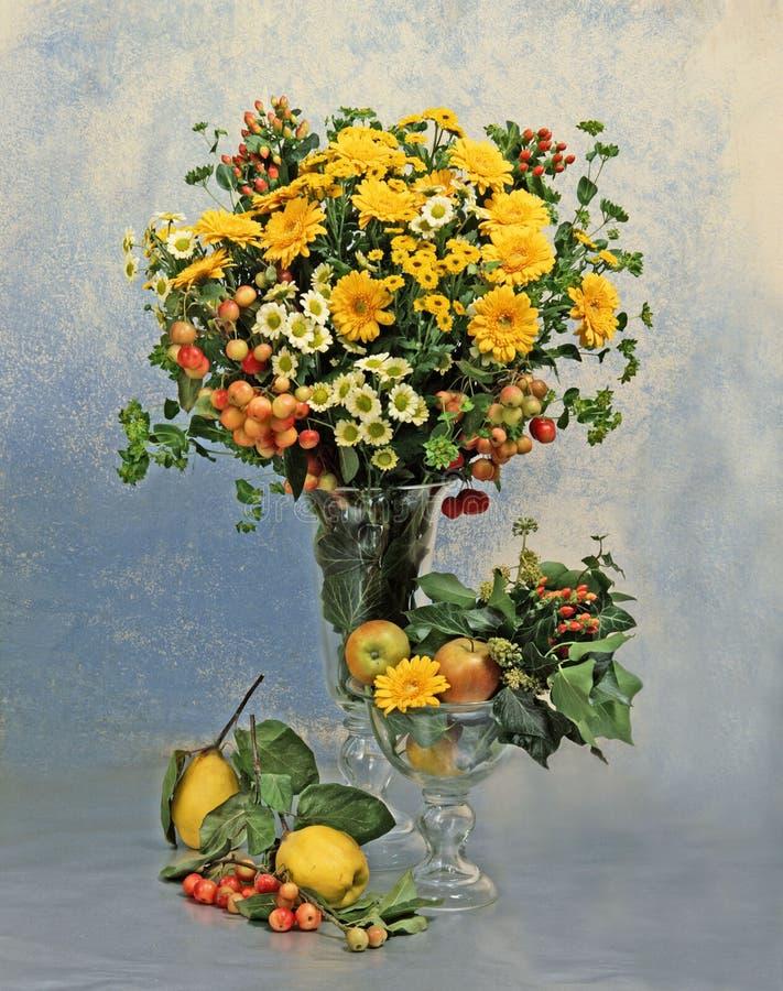 Noch Leben mit Blumen und Früchte stockbild