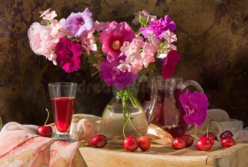 Noch Leben mit Blumen und Wein stockfotografie