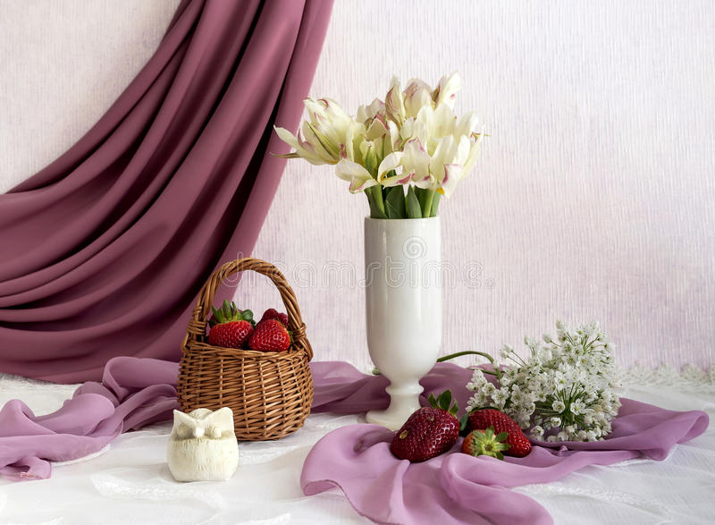 Noch Leben mit Erdbeeren lizenzfreie stockfotografie