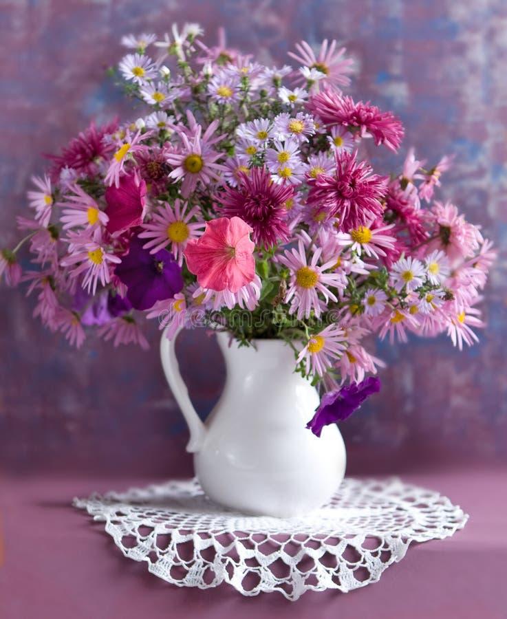 Noch Leben mit Herbstblumen und -wein lizenzfreies stockbild