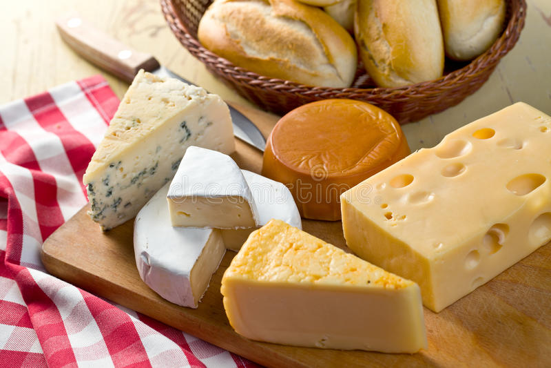 Noch Leben mit Käsen stockfotos