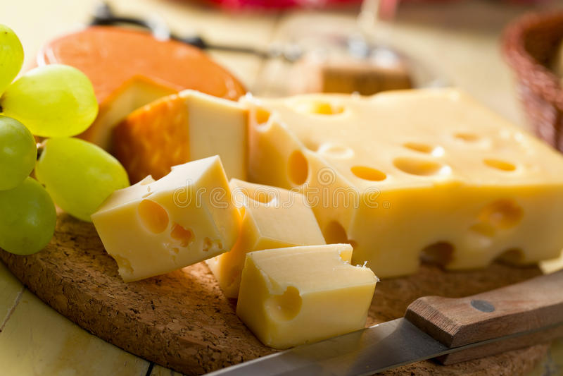 Noch Leben mit Käsen lizenzfreies stockbild