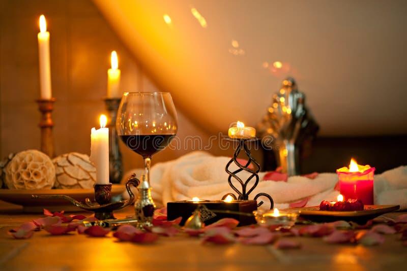 Noch Leben mit Kerzen und Rotwein lizenzfreies stockbild