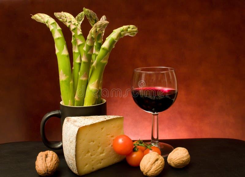 Noch Leben mit Spargel, Käse und Wein lizenzfreies stockbild