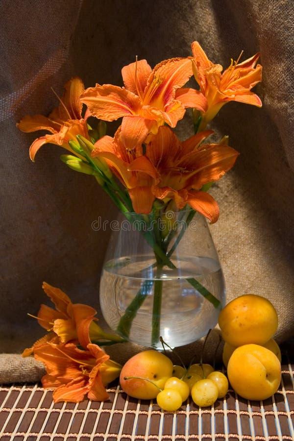 Noch Leben mit Taglilie stockfoto
