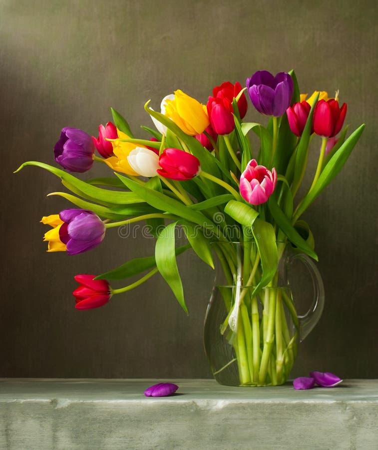 Noch Leben mit Tulpen stockfoto