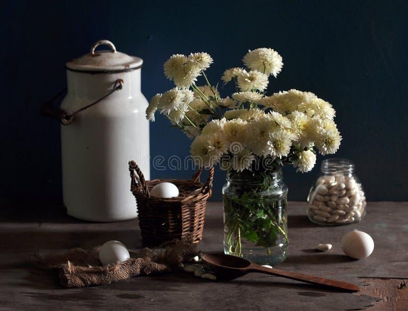 Noch Leben mit weißen Chrysanthemen und weißem Wechselstrom stockfotos