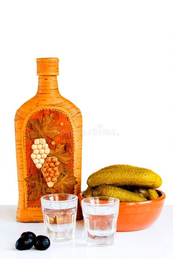 Noch Leben mit Wodka, Gurken und Oliven lizenzfreie stockfotografie