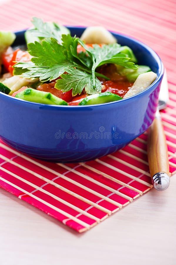 Noch Leben: Sommersalat auf Rot stockfoto