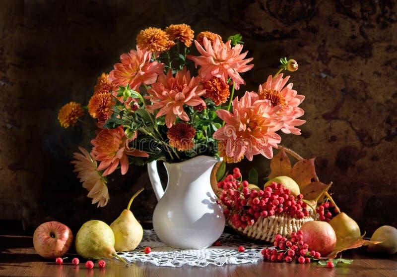 Noch Leben und Blumendahlie lizenzfreie stockfotografie
