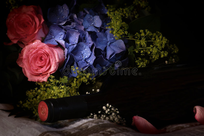 Noch Lebenbild mit Blumen und Wein. vektor abbildung