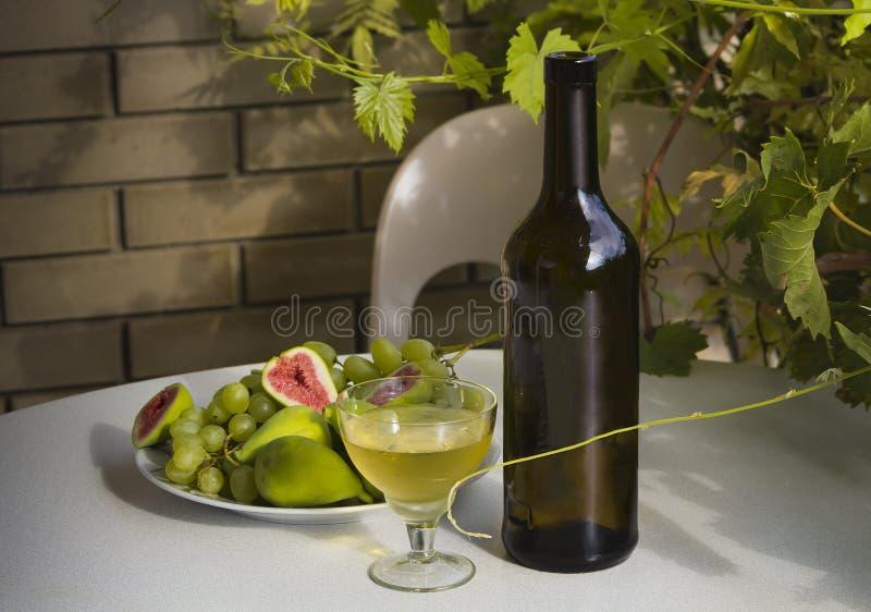 Noch lebens- Wein, Trauben und Feigen draußen stockbild