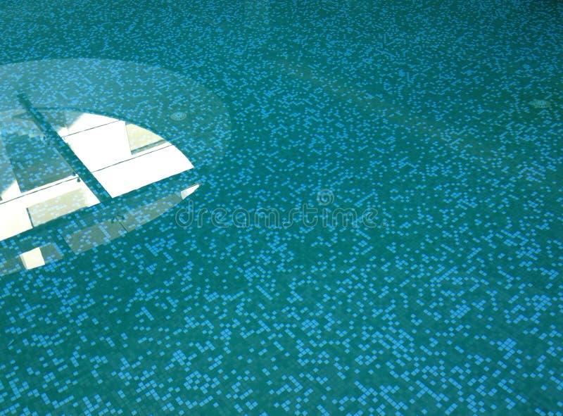 Noch Swimmingpool-Wasser mit Reflexionen von einem Fenster oben stockbild